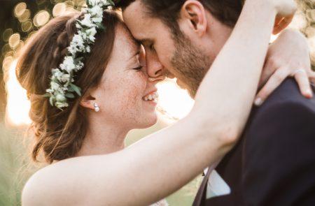 Couple de mariés dans un champ