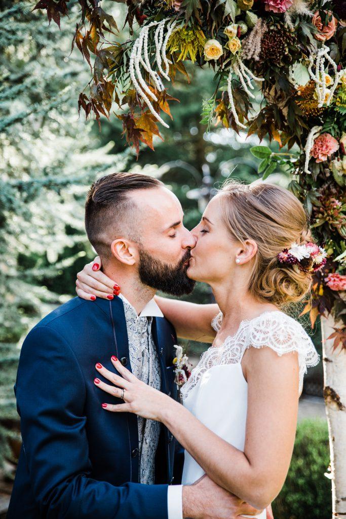 kiss bride and groom